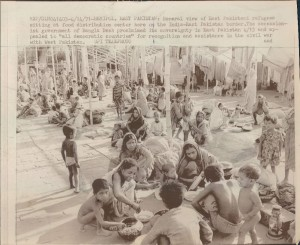 1971-India-East-Pakistan-Border-Refugees-at-Food-Center-Wire-Photo1